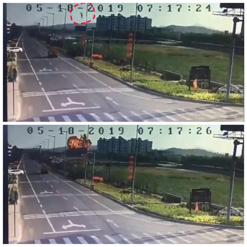 中國昨天再傳疑似軍機墜毀的影片,在一處高樓建築旁爆炸湧現一團火球。(圖擷取自微博)