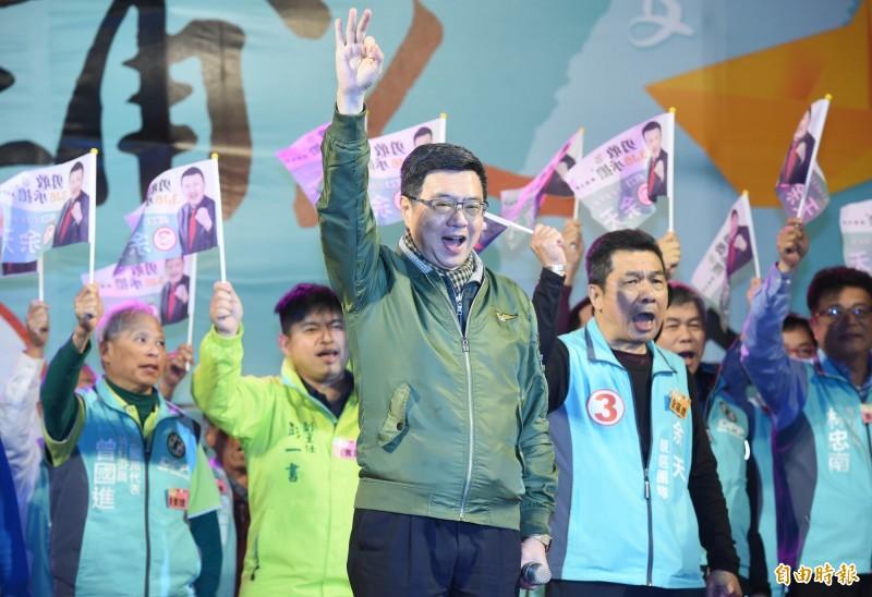 民進黨立委候選人余天15日舉行選前之夜造勢,民進黨主席卓榮泰(中)到場站台助講。(記者廖振輝攝)