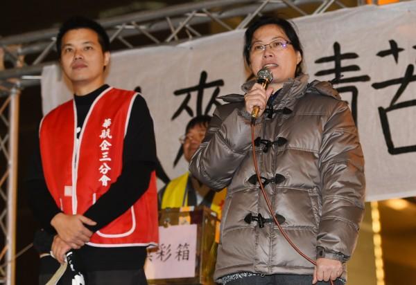 華航工會幹部22日在台北總公司前發起抗議,北市勞工局長賴香伶(右)現身相挺。(記者張嘉明攝)