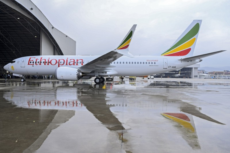 衣索比亞航空一架波音737 MAX 8墜毀,機上157人全數罹難,而在去年印尼獅航同型號客機也發生空難,造成189人死亡,目前中國各大航空將停飛737 MAX系列飛機。圖為衣索比亞航空墜毀的波音客機,於去年交機的情形。(歐新社)