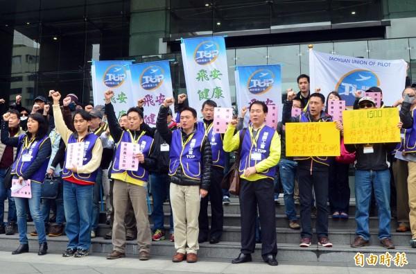 桃園市機師職業工會宣布,將推動旗下華航、長榮分會共同舉行罷工投票,明天在台北市開記者會說明。 機師工會成員赴交通部陳情畫面。(資料照)
