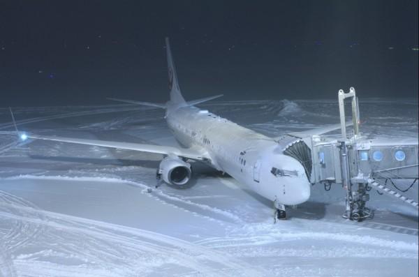 日本北海道目前遭逢暴雪,新千歲國際機場已封閉。(圖擷取自いおねく推特)