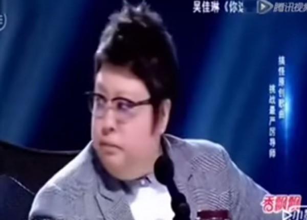 「嘿!你這個大胖子,你吃了那麼多還要吃」吳佳琳唱完這句,只見韓紅臉色一沉,瞬間變成鐵青的臉。(圖擷取自YouTube)