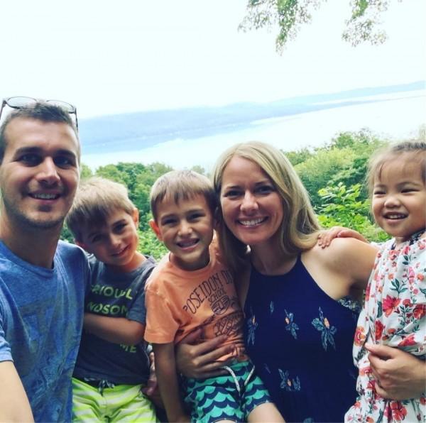 2年半前,Selah還是在中國福利院一名被棄養的孤兒,2歲的她被美國夫婦Becca和Dan看中,成為夫婦倆的第3個孩子。(圖擷取自Instagram)