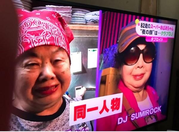已經82歲岩室純子的化名「 Sumirock」,與她在中式餐館工作的模樣大不同。(圖擷自推特)