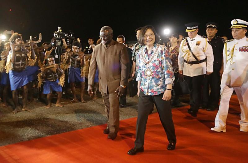 總統蔡英文(前左2)過去出訪南太平洋3友邦時,索羅門群島總理蘇嘉瓦瑞(Manasseh Sogavare)(前左)親自到機場迎接蔡總統。(中央社資料照)