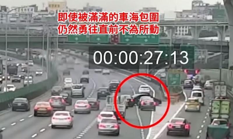 原本行駛在內側第2車道的黑色小客車,突然以「90度直角」的方式切過3個車道,讓後方駕駛紛紛急踩煞車。(圖擷取自國道公路警察局臉書)