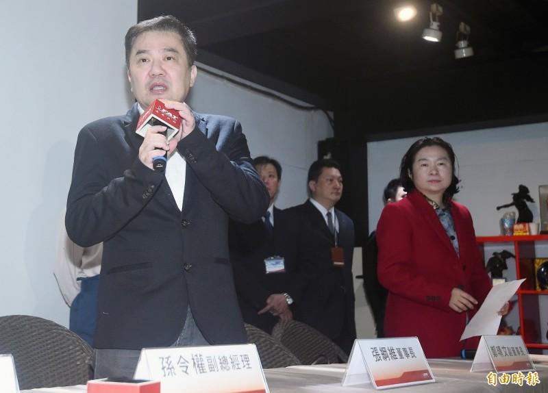 遠東航空董事長張綱維(左)22日率公司高層暨投資人代表蔡慧玲律師(右)召開記者會,呼籲主管機關儘快讓遠航復飛,維護員工生計。(記者廖振輝攝)