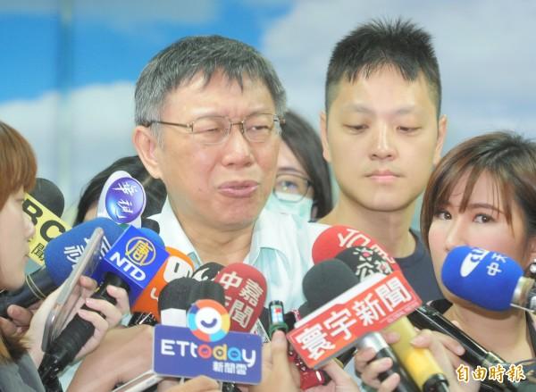 台北市長柯文哲參訪浩然敬老院,接受媒體聯訪。(記者王藝菘攝)