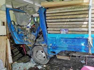 貨車撞進早餐店。(記者顏宏駿翻攝)
