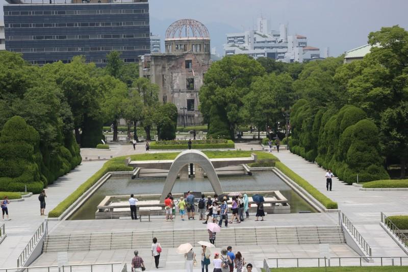 1945年8月6日,日本廣島市遭受到原子彈的轟炸。圖為日本廣島市的和平紀念公園。(中央社)