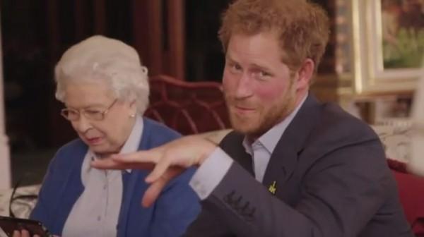許多網友看到女王與哈利王子的回應後紛紛大笑,在底下留言:「女王也太可愛了吧!」「砰!女王真的超可愛~」(圖擷取自肯辛頓宮Instagram)