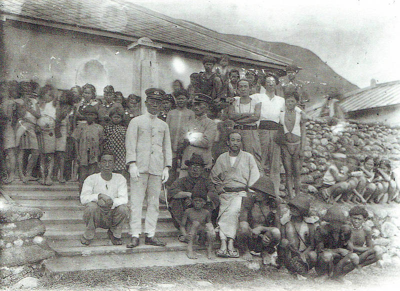 Nenozo Utsurikawa, front row in kimono, former head of Taihoku Imperial University's Institute of Ethnology, was the first anthropologist to discover slate coffins in Taiwan in 1930. Photo courtesy of Wikimedia Commons