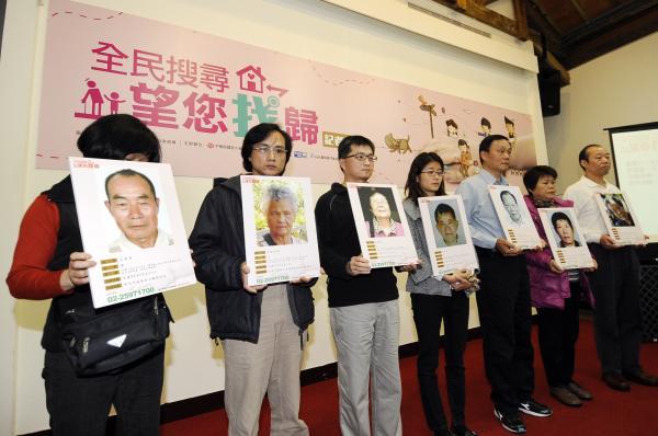 老人福利推動聯盟失蹤老人協尋中心昨天舉行「全民協尋 望您找歸」記者會,失蹤者家屬拿著失蹤者的照片,希望社會大眾可以幫忙協尋。(記者陳志曲攝)