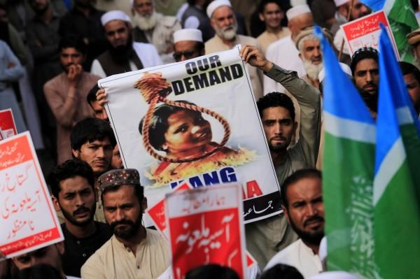巴基斯坦最高法院在10月31日推翻判決後,引發反對者大規模示威,要求吊死畢比。(歐新社)