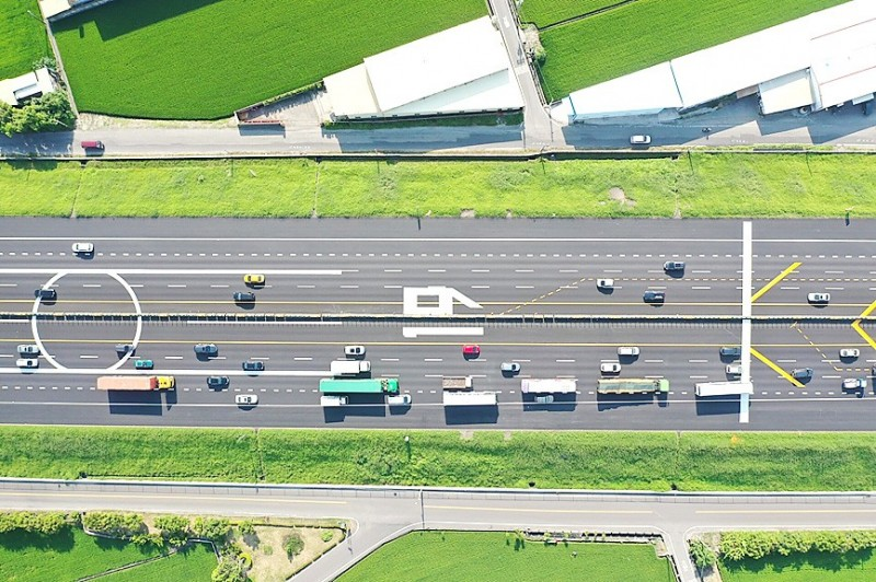 Landing markings for aircraft are pictured on a section of the Sun Yat-sen Freeway in Changhua County yesterday. Photo: CNA