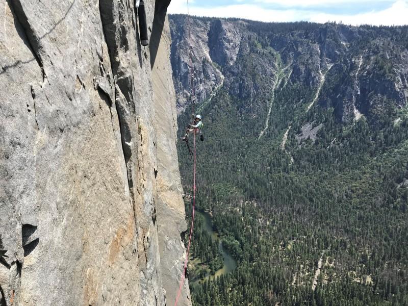 美國10歲女童施耐特成功攻頂優勝美地酋長岩,成為史上最年輕征服這座峭壁的攀岩者。(路透)