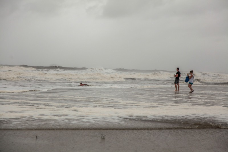 颶風多利安來襲,美國佛州海灘竟有古柯鹼磚沖上岸。(路透)