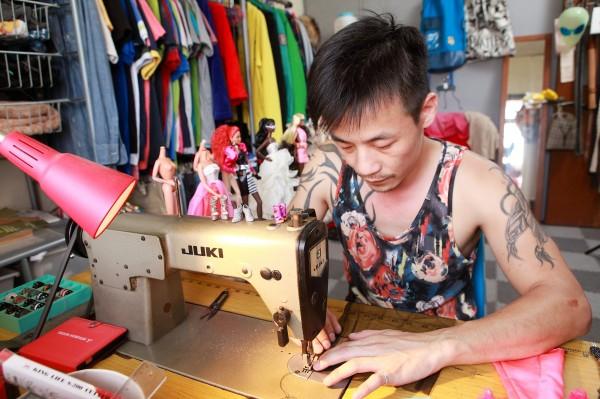 Abs Breen踩著老式裁縫車,完成一件件芭比娃娃專屬的夢幻服飾。(記者潘自強攝)