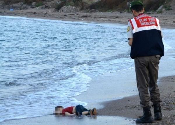 艾蘭(Aylan)遺體被沖上岸照片震撼網友。(法新社)