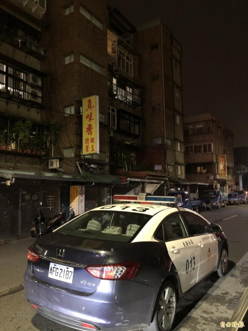 北市大安區昨晚發生母子陳屍住宅案,警方據報前往調查。(記者邱俊福翻)