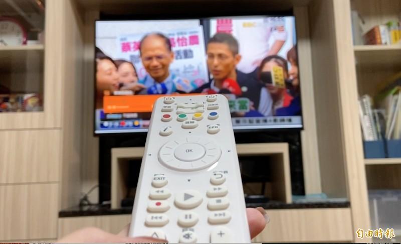 選戰進入倒數階段,不少民眾喜歡在家收看政論節目。(記者胡琪俐攝)
