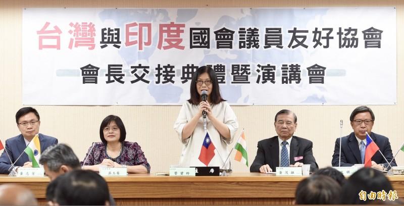 台灣與印度國會議員友好協會會長交接典禮1日於立法院舉行,現任會長管碧玲(中)、新任會長吳玉琴(左2)出席典禮。(記者羅沛德攝)