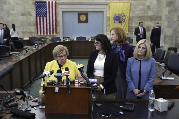多數黨領袖溫伯格(Loretta Weinberg,黃衫者)提出友台決議案。(美聯社)