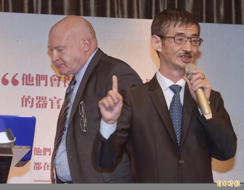 遭指現身柯文哲訪美行的吳祥輝(圖右),貼出照片證明自己在台灣家中吃晚餐,反批柯文哲的跟班是看到鬼。(資料照)