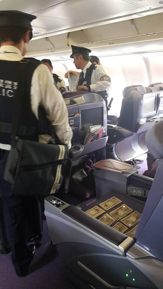 中國乘客座位上有大量日元鈔票。(圖擷自Karn Chivangkun臉書)