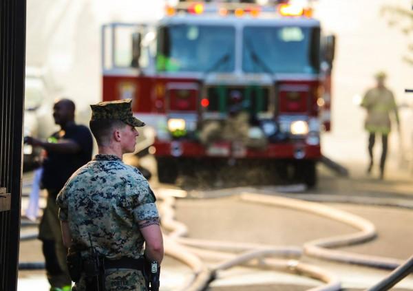美國華盛頓特區公共住宅大火,多名海軍陸戰隊士兵衝向火場,和消防員一起救出數十名老人。(圖擷自Marine Barracks Washington 8th & I臉書)
