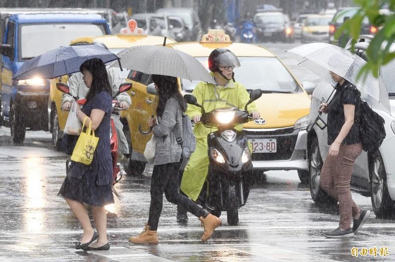 中央氣象局表示,今天下半天鋒面南壓、西南風增強,今晚中部以北地區雨勢加大,明起雨勢將由北往南擴張,西半部和東北部地區將出現劇烈雨勢,留意大雨或豪雨發生。(記者叢昌瑾攝)