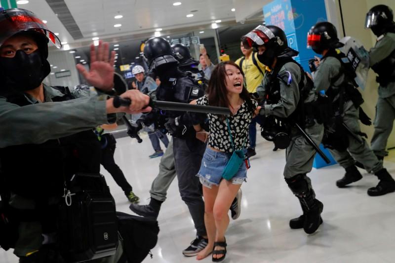 少女透過律師發表聲明,透露疑似有關案件調查的細節,有意公開抹黑。圖為港警抓捕示威者,非新聞當事人。(路透)