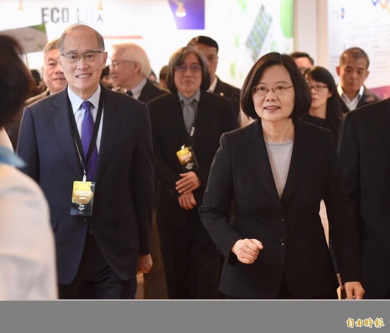 原定隨同總統蔡英文出訪「海洋民主之旅」的國安會祕書長李大維(左)因健康因素,臨時決定不隨行出訪,日前已向總統蔡英文請假。(資料照)