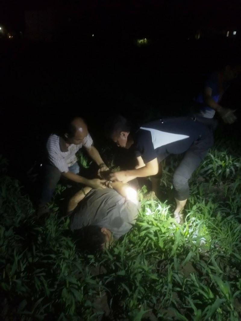 警方今天凌晨約3時逮捕周姓兇嫌。(記者洪臣宏翻攝)