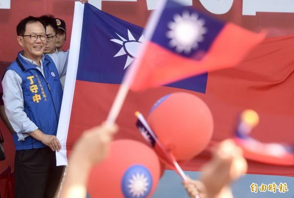 國民黨台北市長參選人丁守中6日出席「把中華民國撐起來愛國旗」活動,與來賓支持者一起迎接國旗,喚起雙十國慶張掛國旗的傳統。(記者簡榮豐攝)
