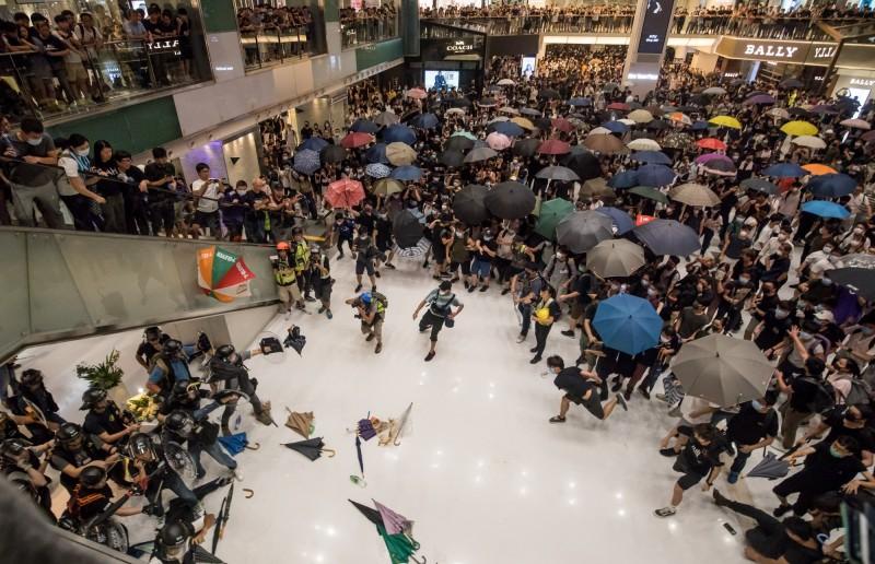 香港14日的沙田遊行發生警民衝突,至少造成28人受傷,中國官媒《環球時報》與香港政府表示,反對遊行中的暴力行為,並會追究襲警者的法律責任。(彭博)