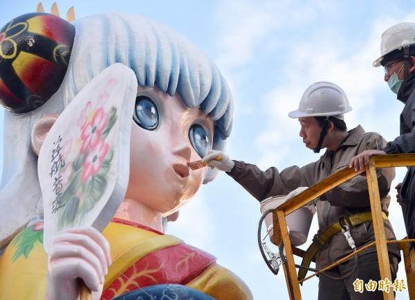 今年元宵的台北燈節,最受歡迎的莫過於本土漫畫家韋宗成(持筆刷者)創作的「萌版林默娘」花燈。(資料照,記者羅沛德攝)