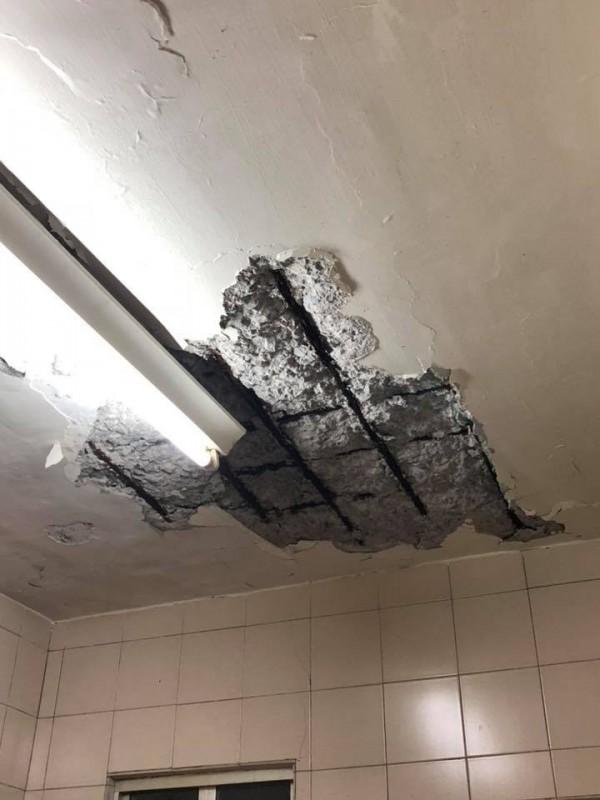 民眾家裡天花板的水泥無預警掉落,導致鋼筋外露。(圖擷取自爆怨公社)