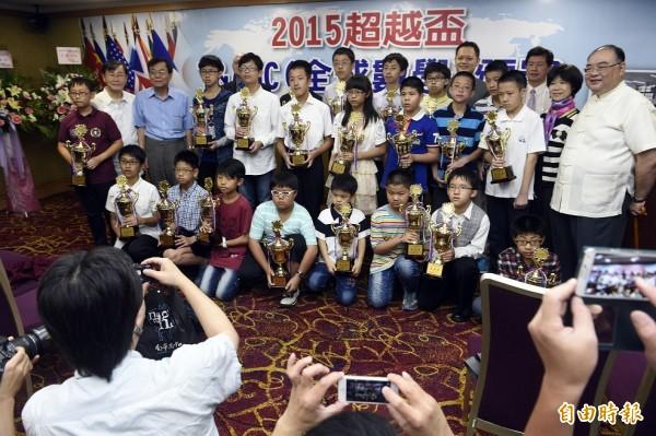 2015超越盃T&AMC全球數學於23日舉行頒獎典禮,得獎的小朋友們於典禮結束時合影留念。(記者叢昌瑾攝)