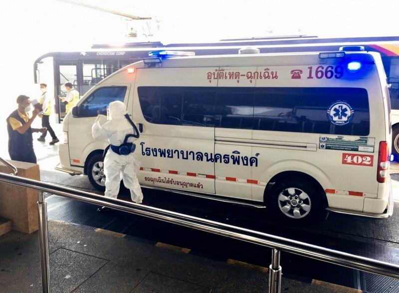 泰國醫護人員,正在轉移發燒的中國患者。(歐新社)