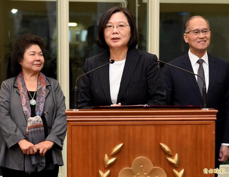 蔡英文總統結束為期8天7夜的「海洋民主之旅」28日晚間返國,她在機場表示,拚外交的工作從未停止,3年來的努力就是要讓台灣人可以有尊嚴地走向國際。(記者朱沛雄攝)