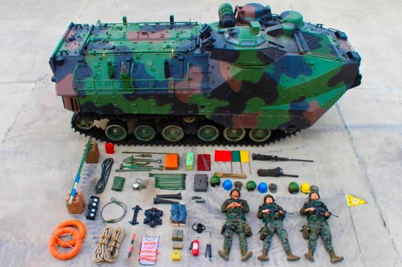 海軍陸戰隊今天跟上「真人開箱」風潮,超霸氣的畫面吸引許多網友議論,圖為AAV-7兩棲突擊車。(圖片擷取自中華民國海軍陸戰隊臉書粉專)