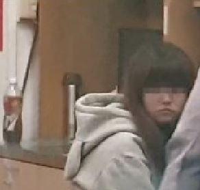 男童的林姓母親在警局中接受調查。(記者劉慶侯翻攝)