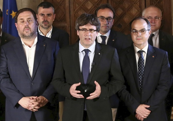 加泰隆尼亞自治區主席普伊格蒙特(Carles Puigdemont)已經透過電視演說宣布,加泰隆尼亞已「取得成為獨立國家的權利」。(歐新社)