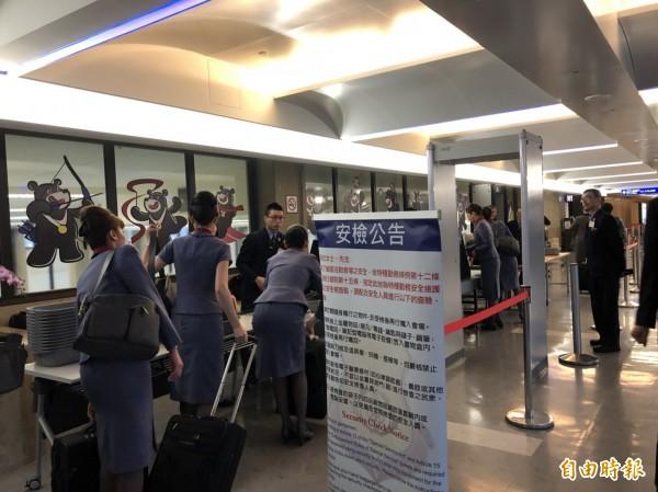 負責總統專機的華航機組人員上午提前準備登機。(記者蘇永耀攝)