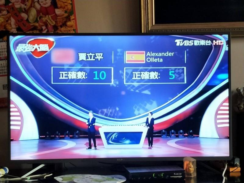鄉民爆料,TVBS歡樂台重播中國節目,竟把中共國旗打上馬賽克。(擷取自PTT)