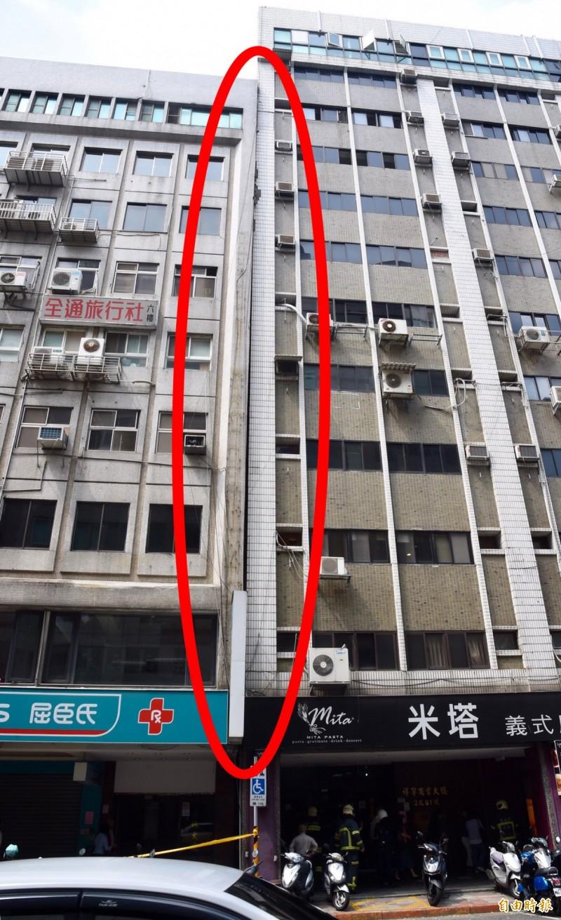 台北市長安東路二段77號的金林大廈向右方祥寧大樓傾斜。(記者黃耀徵攝)
