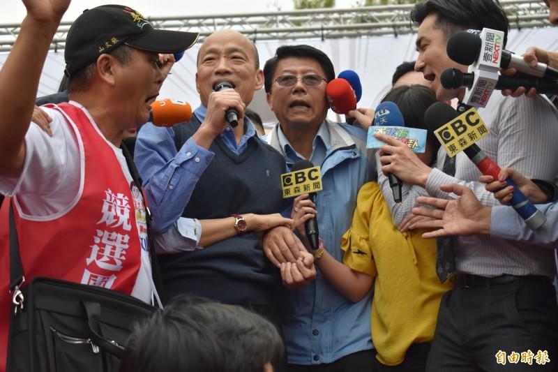作家顏擇雅推測,這次立委補選後,中國並未因為國民黨受挫而改變對台策略,仍對國民黨大力施壓,因為「2020就是中國對台灣有辦法以經逼政的最後機會了」。圖為台南市立委補選候選人謝龍介(前左三)最後衝刺造勢,高雄市長韓國瑜(前左二)三度助選。(資料照,記者楊金城攝)