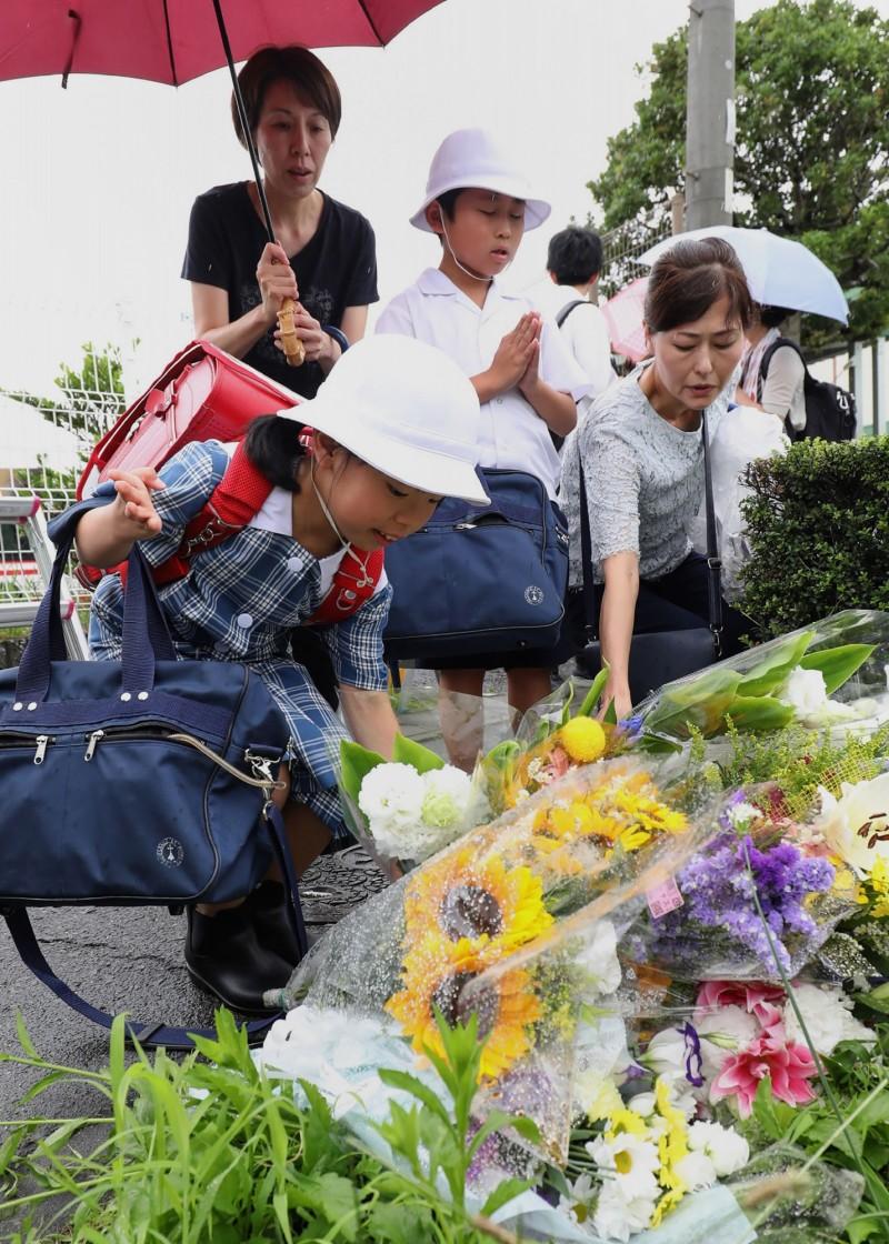 除了粉絲,京都動畫附近的居民也紛紛前來獻花。(美聯社)